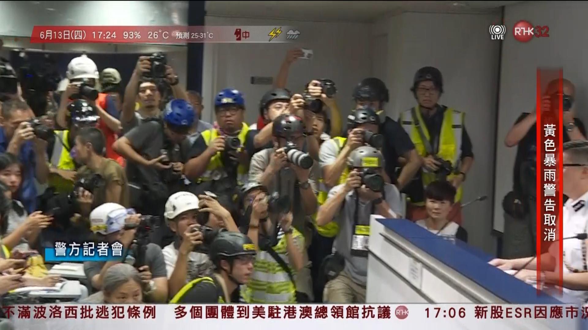 「香港记者戴头盔」的圖片搜尋結果